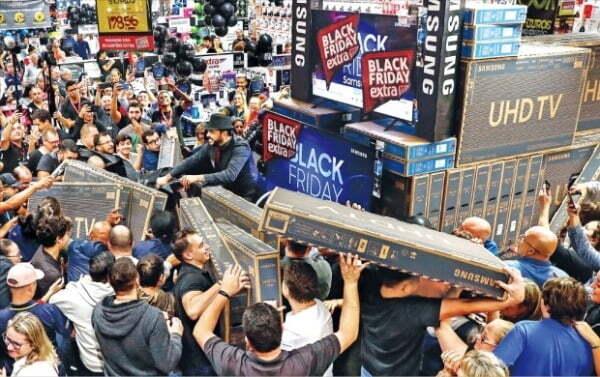 지난해 11월 28일 브라질 상파울로에서 블랙 프라이데이를 맞아 소비자들이 매장에서 TV를 구매하고 있다/사진=EPA
