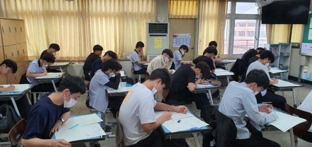학생들이 모의평가를 치르는 모습 [사진=충북교육청 제공]