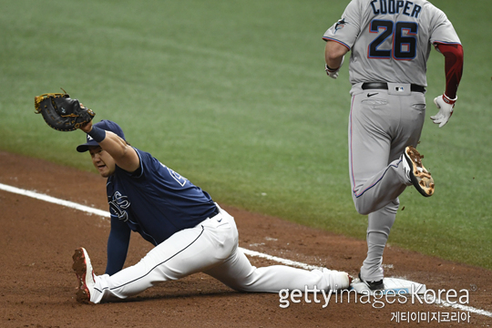 지난 9월 5일 마이애미전에서 윌리 아다메스의 송구를 다리를 쭉 뻗어서 잡아낸 최지만(사진=게티이미지 코리아)