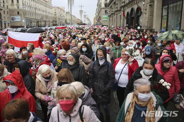[민스크(벨라루스)=AP/뉴시스]대부분이 연금을 받는 노인들인 벨라루스 시위대가 12일 벨라루스 수도 민스크에서 지난 8월 알렉산드르 루카셴코 대통령이 승리한 것으로 발표된 대선 결과에 항의하는 가두행진을 벌이고 있다. 벨라루스 정부는 필요할 경우 반정부 시위대에 치명적인 무력을 사용할 수 있는 권한을 경찰에 부여헸다고 정부의 한 고위 관계자가 밝혔다고 BBC가 12일(현지시간) 보도했다.2020.10.13