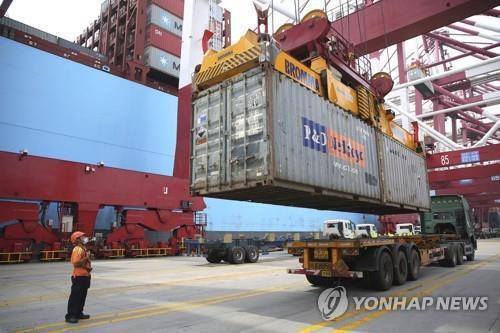 중국 칭다오항의 컨테이너 부두 [AP=연합뉴스 자료사진]
