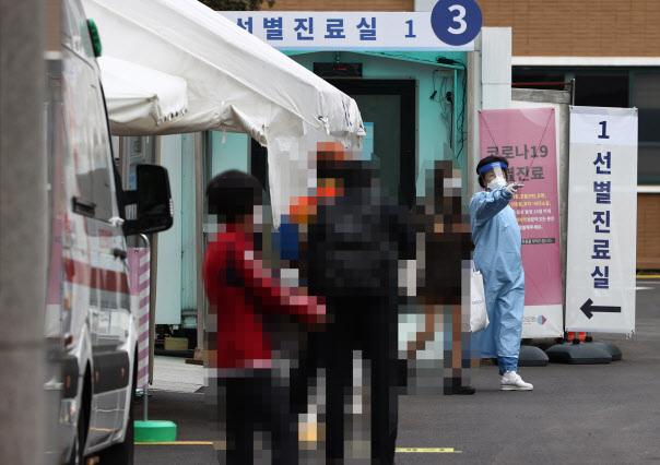 14일 국립중앙의료원 코로나19 선별진료소를 찾은 시민들이 검사를 기다리고 있다.(연합뉴스 제공)