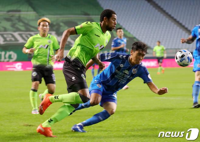 올 시즌 K리그1 우승 경쟁 중인 울산현대와 전북현대. /뉴스1 © News1 유경석 기자