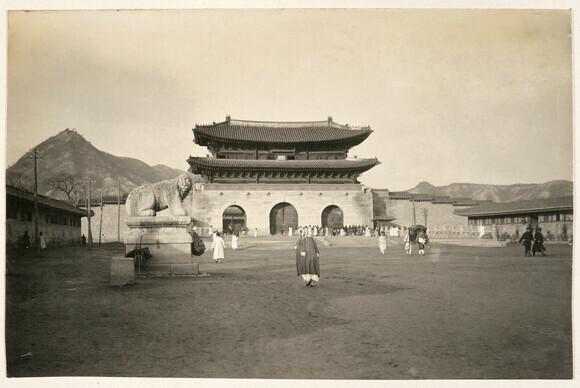 독일인 헤르만 산더가 소장했던 1906~1907년 서울 광화문 일대 사진. 월대 앞 원래 자리에 놓였던 서쪽 해치상이 보인다.
