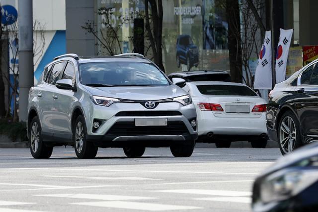 일본차 판매가 두 달 연속 증가한 가운데 7일 오후 서울 서초구 교대입구 삼거리 인근에서 주행되는 도요타 차량의 모습. 연합뉴스