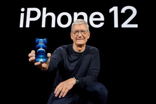 """""""새 시대 시작"""" : 애플은 13일(현지 시간) 미국 캘리포니아주 쿠퍼티노에 있는 애플파크에서 '아이폰12' 시리즈 온라인 공개 행사를 개최했다. 팀 쿡 CEO가 아이폰12를 소개하고 있다.  로이터 연합뉴스"""