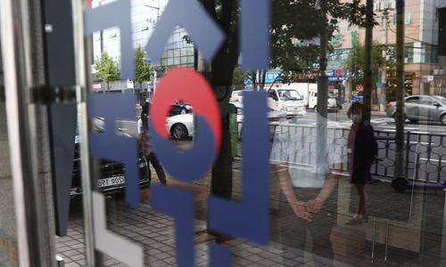 자양동에 위치한 한국보건의료인국가시험원(국시원)에 관계자가 출입구를 관리하고 있다. 연합뉴스