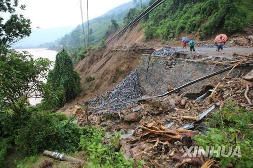 베트남 중부 꽝찌성의 도로가 산사태로 유실된 모습. 2020.10.13 [VNA/신화=연합뉴스]
