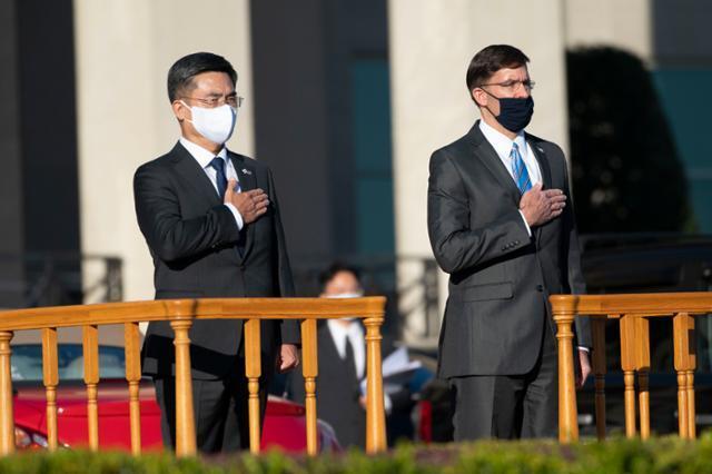 서욱(왼쪽) 국방부 장관과 마크 에스퍼 미 국방장관이 14일(현지시간) 미 국방부에서 열린 제52차 한·미안보협의회(SCM)에 참석해 국민 의례를 하고 있다. 워싱턴 AP 연합뉴스