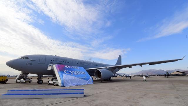 2019년 1월 30일 공군 김해기지에서 열린 KC-330 공중급유기 전력화 행사 중 공중급유기 명명식에서 KC-300 시그너스(Cygnus)라고 적힌 현수막이 펼쳐지고 있다. 한국일보 자료사진
