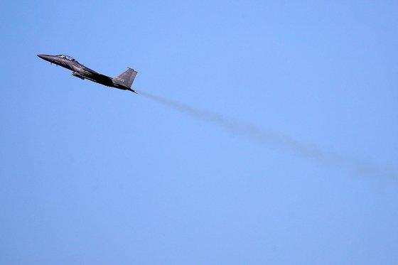 지난 5일 오후 F-15K 전투기가 대구 공군기지에서 이륙해 비행하고 있다. F-15K는 한국 공군의 주력 전투기다. [뉴스1]