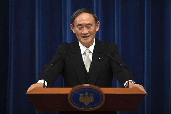 반정부 학자들을 일본학술회의 회원 임명에서 탈락시켜 비판받고 있는 스가 요시히데 일본 총리. [AP=연합뉴스]