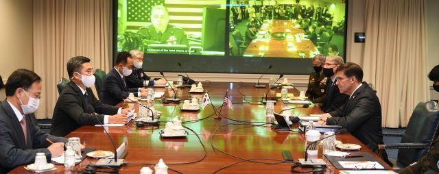 서욱 국방장관(왼쪽 두번 째)과 마크 에스퍼 국방장관(오른쪽 첫 번째)이 14일(현지시간) 미국 국방부에서 제52차 한·미안보협의회(SCM) 회의를 갖고 있다. 주미대사관 제공