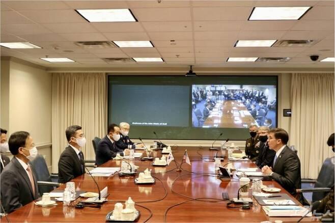 14일(현지시간) 미국 펜타곤에 열린 한미안보협의회의(SCM)에서 마크 에스퍼 장관(오른쪽 가운데)이 모두발언을 하고 있다.