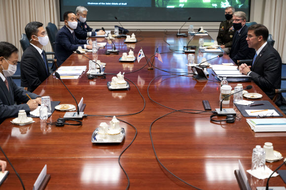 서욱(왼쪽 두번째) 국방부 장관과 마크 에스퍼(오른쪽 첫번째) 미국 국방부 장관이 14일(현지시간) 버지니아주 알링턴에 있는 국방부 청사에서 한미안보협의회의(SCM)를 진행하고 있다.알링턴 AP