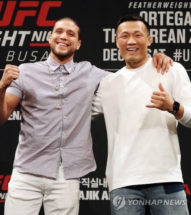 UFC, 환하게 웃는 정찬성과 오르테가 2019년 10월 17일 서울 시내 한 호텔에서 'UFC 파이트 나이트 부산' 메인이벤트 페더급 매치를 앞두고 열린 정찬성과 브라이언 오르테가의 공식 기자회견에서 두 선수가 포즈를 취하고 있다. [연합뉴스 자료사진]