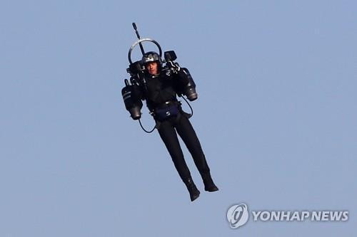 2018년 4월 21일 한 남성이 제트팩을 메고 시험 비행을 하고 있다.[AFP=연합뉴스 자료사진] [2020.09.02 송고]