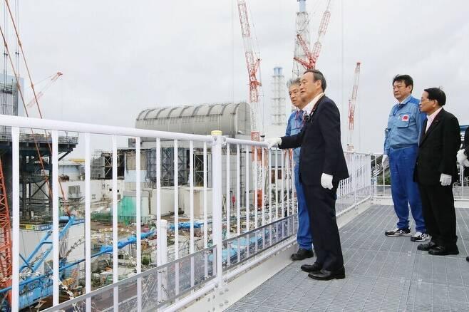 스가 요시히데 일본 총리가 지난달 26일 2011년 3월 동일본대지진 당시 폭발 사고가 났던 후쿠시마 제1원전을 방문해 현장을 둘러보고 있다. 후쿠시마/교도 연합뉴스