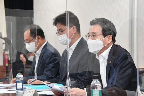 김용범 기획재정부 차관(오른쪽)이 16일 서울 종로구 정부서울청사에서 열린 '서비스산업 자문단 2차회의'에서 모두발언을 하고 있다. [기획재정부 제공=뉴스1]