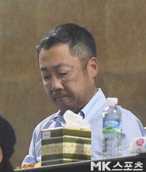 두산 베어스 구단주인 박정원 두산그룹 회장이 지난해 키움 히어로즈와의 한국시리즈를 관전하는 모습. 사진=김재현 기자