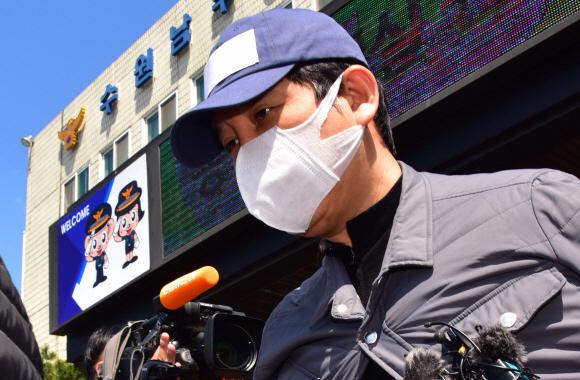 사진은 지난 4월 26일 라임 사태에서 수원여객의 회삿돈 161억원을 빼돌린 혐의(특정경제범죄가중처벌법상 횡령)를 받고 있는 김봉현 회장이 영장 실질심사를 받기 위해 수원 남부경찰서를 나서고 있는 모습. 2020.4.26.이종원 선임기자 jongwon@seoul.co.kr