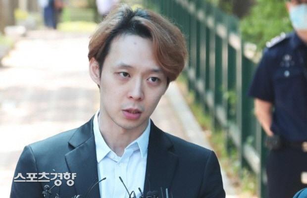 가수 박유천이 자신을 고소해 배상판결을 받은 A씨에게 5000만원을 배상하지 않고 있다. 연합뉴스