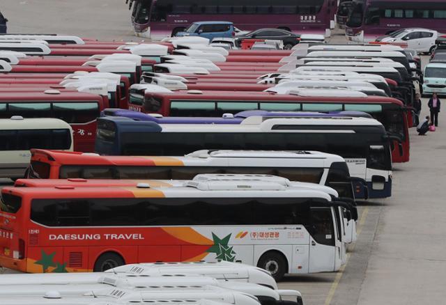 16일 오후 서울 송파구 탄천주차장이 영업을 나가지 못한 관광버스들로 가득 차 있다. 중앙재난안전대책본부는 단풍 절정기인 이달 17일부터 다음 달 15일까지를 코로나19 '방역 집중관리 기간'으로 정한다고 밝혔다. 이에 따라 관광 목적의 단기 전세버스를 운영하는 사업자는 전자출입명부 등을 활용해 탑승객 명단을 반드시 관리해야 한다. 버스 내에서 춤을 추거나 노래를 부르면 관련법에 따라 처벌받을 수 있다. 연합뉴스