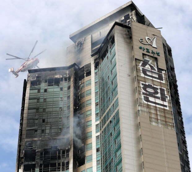지난 9일 오후 울산 남구 달동 삼환아르누보 주상복합아파트 화재 현장에서 소방 헬기가 진화작업을 하고 있다. 소방당국은 이날 오후 12시 35분께 14시간 30여분 만에 초진을 완료했다고 밝혔다./사진=뉴스1