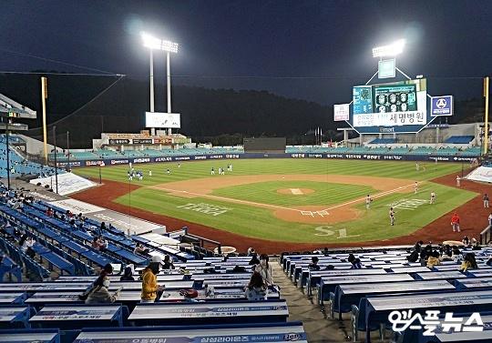 삼성 팬들은 5년 연속 가을야구 무산에도 야구장을 찾아 선수들에게 변함없는 응원을 전했다(사진=엠스플뉴스 김근한 기자)