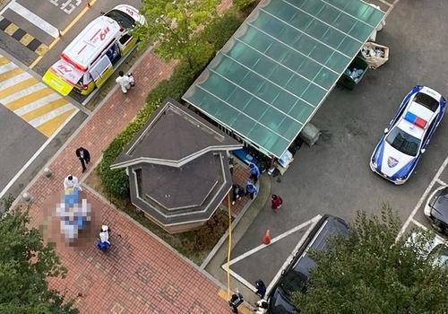 지난 15일 오후 인천의 한 15층짜리 아파트에서 20대 남성이 초등학생 여아를 옥상으로 끌고 가려다 미수에 그치자 투신한 사고 현장의 모습. 연합뉴스