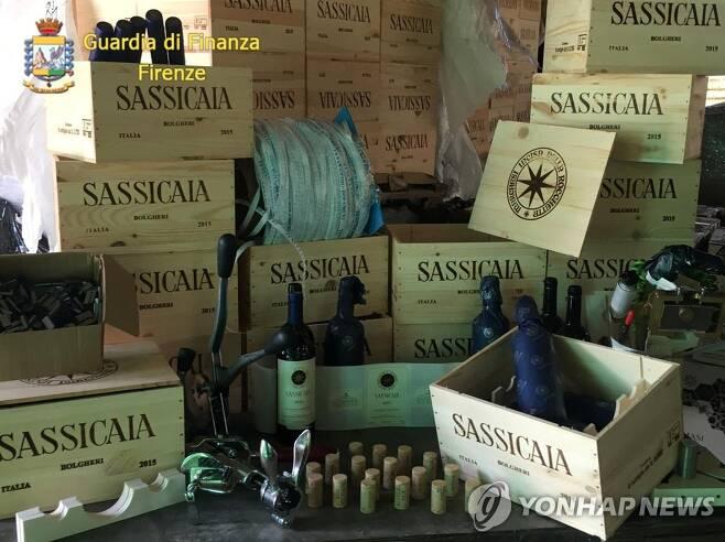 이탈리아 경찰에 적발된 짝퉁 사시카이아 와인. 2020.10.14. [로이터=연합뉴스]