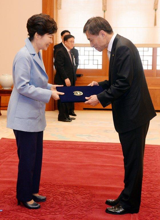 박근혜 전 대통령이 2014년 이주열 한국은행 총재에게 임명장을 수여하고 있다. 청와대사진기자단
