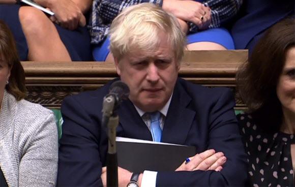 무디스가 브렉시트(영국의 유럽연합 탈퇴)와 코로나19 사태의 충격에 따른 경제력·재정여력 악화를 이유로 영국의 국가신용등급을 'Aa2'에서 'Aa3'으로 한 단계 하향 조정했다. 사진은 영국 런던 하원에서 보리스 존슨 영국 총리가 팔짱을 낀채 불쾌한 표정으로 제1야당 대표의 연설을 듣고 있는 모습. 런던 AFP 연합뉴스