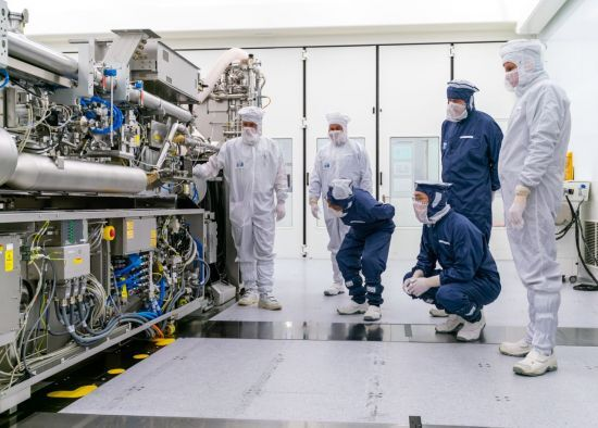 지난 13일(현지시간) 이재용 삼성전자 부회장과 김기남 삼성전자 DS부문장 부회장이 네덜란드 ASML 본사를 찾아가 EUV 장비를 살펴보고 있다. (사진제공 : 삼성전자)