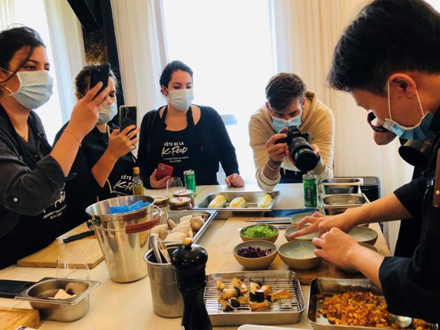 1일 프랑스 파리 한 레스토랑에서 프랑스 유명 셰프 피에르 상 주관 김치 활용 요리교실이 열리고 있다. 농식품부 제공