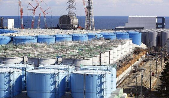 후쿠시마 제1원전 부지에 오염수를 담아둔 대형 물탱크가 늘어서있는 모습. [연합뉴스]