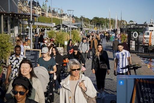 9월 19일(현지시간) 스웨덴 수도 스톡홀름에서 산책을 즐기는 시민들/사진=AFP