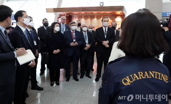 한국에 주재하는 각국 대사관 관계자들이 13일 오전 인천국제공항 출국장에 설치된 코로나19 검역 현장을 둘러보고 있다. / 사진=이기범 기자 leekb@