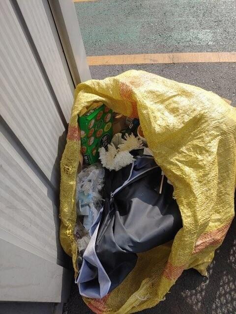 분향소에 마련돼 있던 국화, 현수막 등이 지난 19일 쓰레기봉투에서 발견됐다. 택배노동자 권용성씨 제공