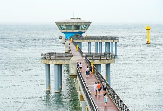 울진 국립해양과학관의 해중전망대. 6m 바닷속 풍경을 볼 수 있는 시설이지만 코로나19로 운영을 중지한 상태다. 한국관광공사 제공