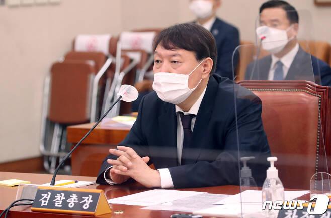 윤석열 검찰총장이 22일 서울 여의도 국회에서 열린 법제사법위원회의 대검찰청에 대한 국정감사에서 의원들의 질의를 듣고 있다. 2020.10.22/뉴스1 © News1 성동훈 기자