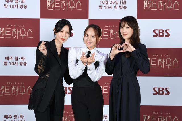 김소연 유진 이지아(왼쪽부터 차례로)가 '펜트하우스'에서 다양한 감정선을 그려나간다. SBS 제공