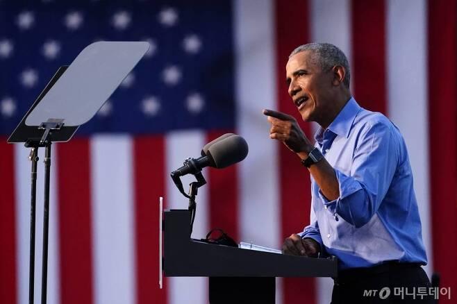 [필라델피아=AP/뉴시스]버락 오바마 전 미국 대통령이 21일(현지시간) 미 펜실베이니아주 필라델피아의 시티뱅크 공원에서 조 바이든 민주당 대선 후보 지원 유세를 하고 있다. 오바마 전 대통령은 드라이브인 유세를 통해 바이든 후보 지지를 위한 공개 유세에 나섰다. 2020.10.22.