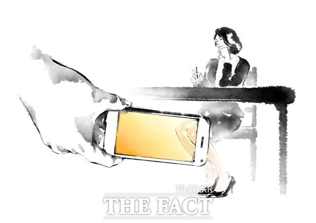 전북 지역에서 고교생이 휴대전화를 이용해 모교 여교사 7명의 특정 신체부위를 불법 촬영하다 적발됐다. /그래픽=(유)필통 제공