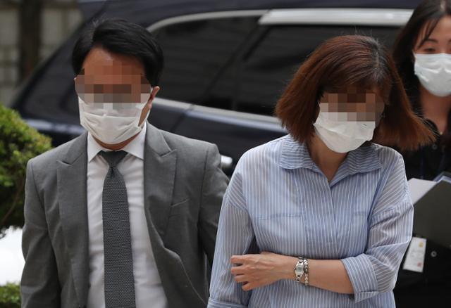 윤석호(왼쪽) 옵티머스자산운용 이사가 올해 7월 7일 서울중앙지법에서 열린 구속 전 피의자심문에 출석하기 위해 이동하고 있다. 연합뉴스