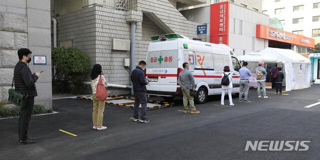 [서울=뉴시스] 박민석 기자 = 신종 코로나바이러스 감염증(코로나19) 신규 확진자 수가 121명으로 집계된 22일 오후 서울 중구 국립중앙의료원 코로나19 선별진료소에서 내원객들이 검사를 받기 위해 줄을 서 있다. 2020.10.22. mspark@newsis.com