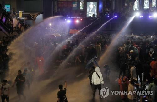 태국 경찰이 반정부 집회 참석자들을 해산하기 위해 물대포를 쏘고 있다. 2020.10.16  [AP=연합뉴스] [2020.10.16 송고] [2020.10.16 송고]