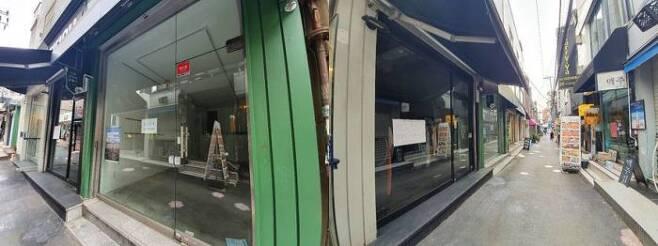 지난 21일 서울 서대문구 청년몰 '이화52번가' 거리에 '점포임대' 팻말이 붙은 공실을 쉽게 발견할 수 있다. 대학가 상권임에도 코로나19로 거리에는 인적이 드물다. (사진=고정삼 기자)