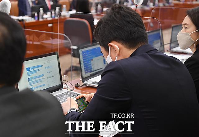 강훈식 더불어민주당 의원은 22일 서울 여의도 국회에서 열린 산업통상자원중소벤처기업위원회의 산업통상자원부에 대한 종합감사에서 국감 도중 자신의 휴대전화로 모바일 게임을 하는 모습이 카메라에 포착돼 거센 비판을 받았다. /이새롬 기자