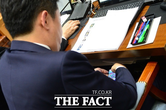 2017년 10월 25일 서울특별시청에서 열린 국토교통위원회의 서울시에 대한 국정감사에서 다른 의원이 질의하는 가운데 강 의원이 휴대폰 게임을 하는 모습. 즉, 국감장에서 게임을 하다 '또' 걸린 것이다. /이새롬 기자